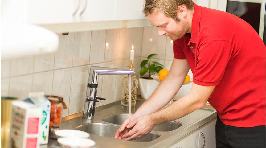 Hybride kjøkkenkraner kan betjenes både manuelt, og gjennom berøringsfri sensor.