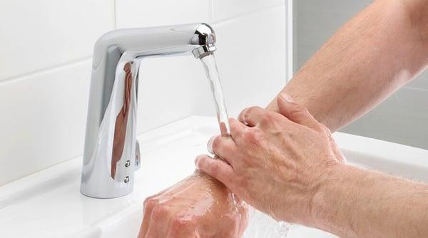 Ved å eliminere behovet for å berøre kranen, forhindrer smarte kraner bassenger med bakterier i å samle seg rundt den, og begrenser spredningen av bakterier med 85%.