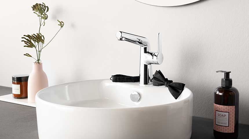 Oras Inspera washbasin faucet combined with a vessel sink with integrated faucet installation hole.