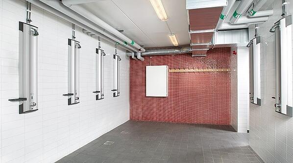 Bezdotykowe panele prysznicowe świetnie sprawdzają się w publicznych basenach lub szatniach.