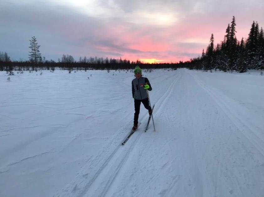 Kaisa hiihtää