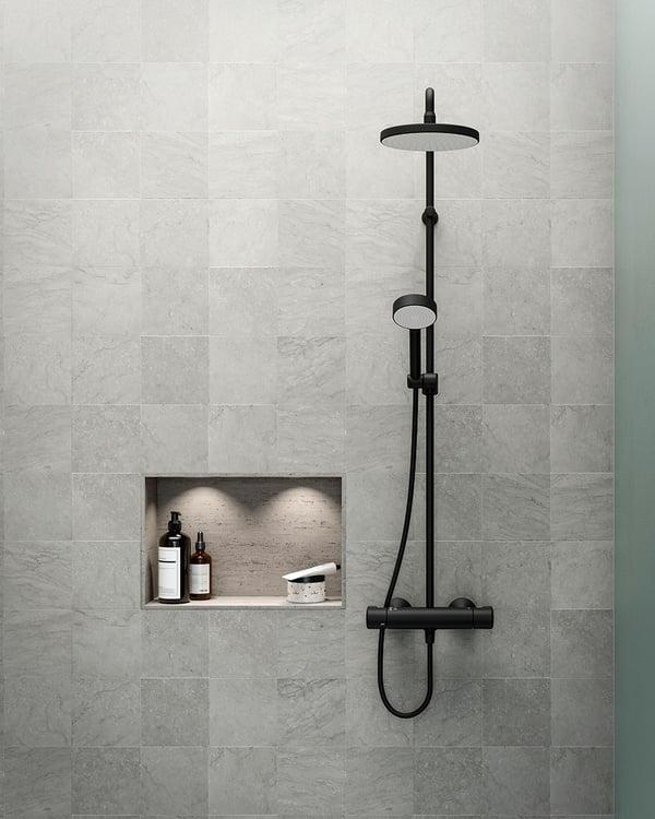 Tvättställ, badkar, dusch: den sobra färgen går igen i hela badrummet.